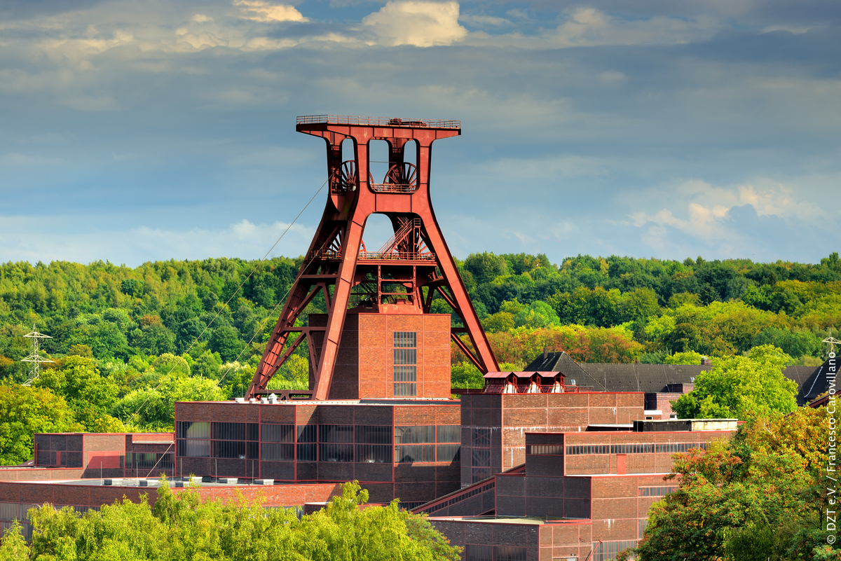 Form follows function. De Zeche Zollverein in Essen is een mooi voorbeeld van de toepassing van ideeën van het Bauhaus. Deze voormalige mijn behoort tot het UNESCO-Werelderfgoed en is een hoogtepunt op de Grand Tour der Moderne. https://fcld.ly/jsr1km5 #CelebratingBauhauspic.twitter.com/3K5S9NZAEt