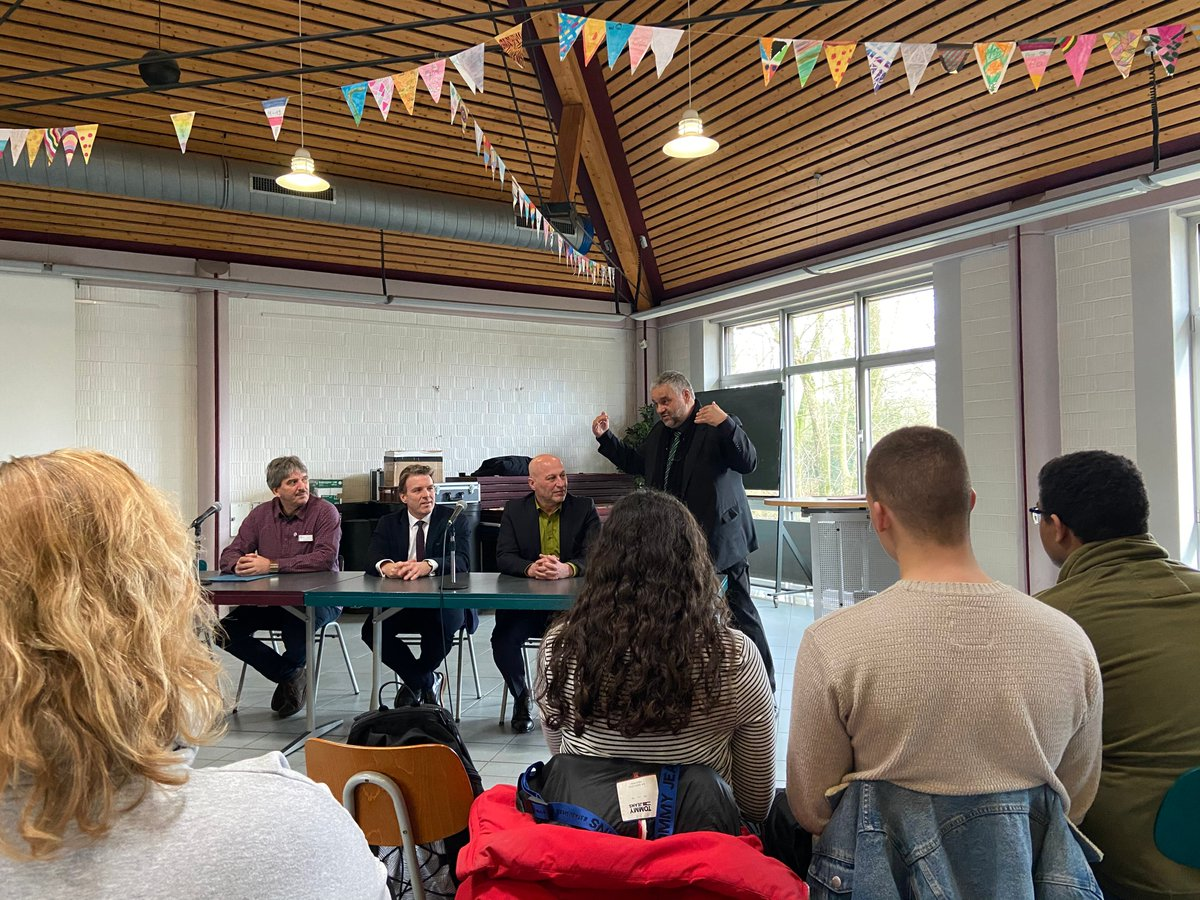 Landtagsvizepräsident Oliver Keymis besuchte zum Abschluss der #Wanderausstellung des #ltnrw die Anne-Frank-Gesamtschule @moers_de. Dort warb er für das Engagement für #Demokratie und stellte sich den Fragen der Jugendlichen u.a. zu #Chancengleichheit, #HambacherForst und #Clans.pic.twitter.com/Nljxmurzy2