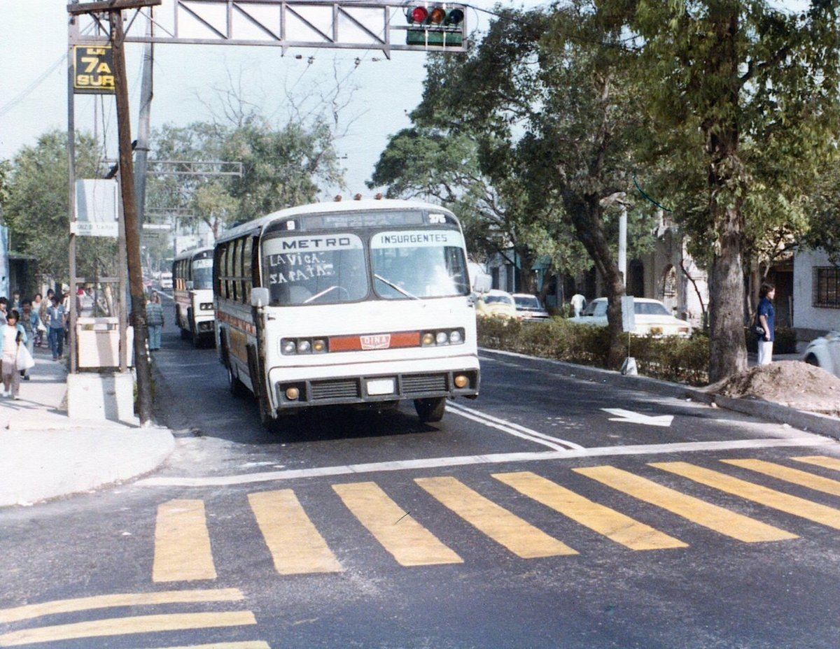 """Autobuses conocidos como """"delfines"""" en el cruce de la avenida Emiliano Zapata y la Calzada de Tlalpan en 1980. Más tarde, en este sitio se construyó un puente vehicular.Imagen: Col. Villasana-Torres"""
