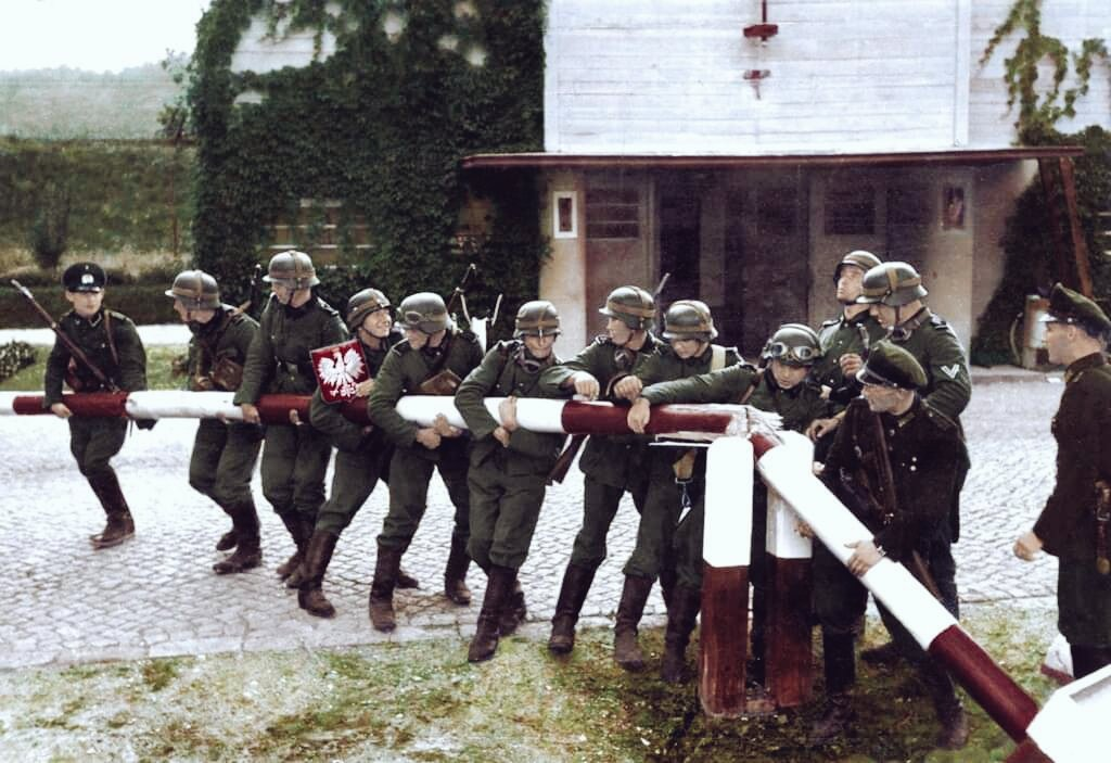 Germans removing the Polish border crossing in Sopot(Danzig) during the 1st stages of the Invasion of Poland.  German soldiers & Landespolizisten (border police) of the FCD removed the Polish border crossing in Sopot, Sept 14, 1939, as a reenacment of the same event on Sept 1. pic.twitter.com/8c282rgJhc