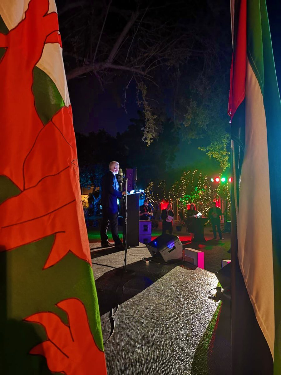Our HMCG @AJackson_FCO welcoming guests to the reception this evening. We were treated to a performance in English, Welsh and Arabic by @dxbperforming!