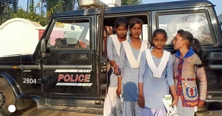 परीक्षा देने जा रहे बच्चों को पुलिस ने 100/112 से स्कूल तक पहुँचाया! सुबह बोर्ड की परीक्षा थी,कुछ बच्चे वाहन का इंतजार कर रहे थे,अपने रुट से गुजर रही सुल्तानपुर पुलिस की पीआरवी2804 ने बच्चों को 112/100 की पीआरवी ने सभी बच्चों को गाड़ी में बैठा कर उन्हें परीक्षा केंद्र पहुँचाया।pic.twitter.com/Zwm6Vpwil5