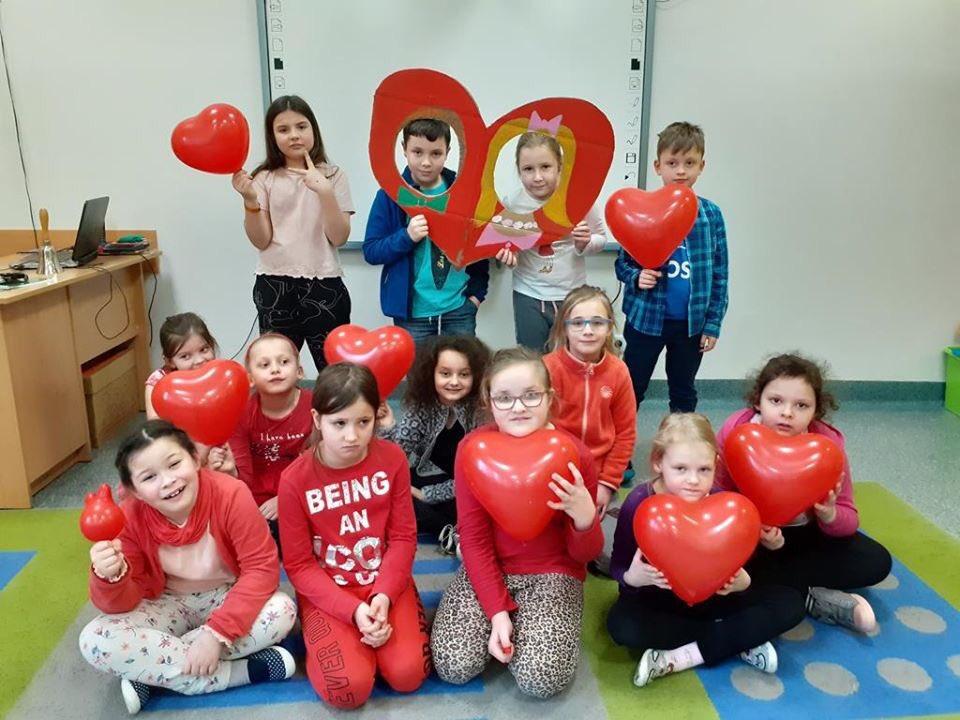 Nadal żyjemy miłością... - dzień św. Walentego na świetlicy#milosc #milosc #sympatia #chlopak #dziewczyna #Walenty #LublinSPPallotti #serce #kochaj #swietlica #dekoracja #poczta #praca #tworczosc #artysci #zdjecia #fotobudkapic.twitter.com/D6ptHkxJTc