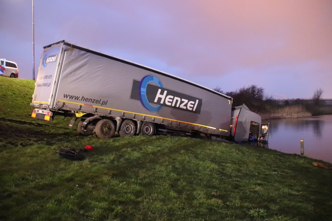 Voertuig te water #N220 is vrachtwagencombinatie. Niemand gewond wel aardig bergingsklusje voor Vreugdenhil https://t.co/xS6hO7kbSg