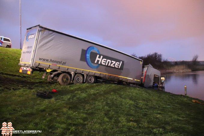 Vrachtwagencombinatie valt van Maasdijk in de sloot https://t.co/VDBb3VdzPf https://t.co/MKsTEd0jVF