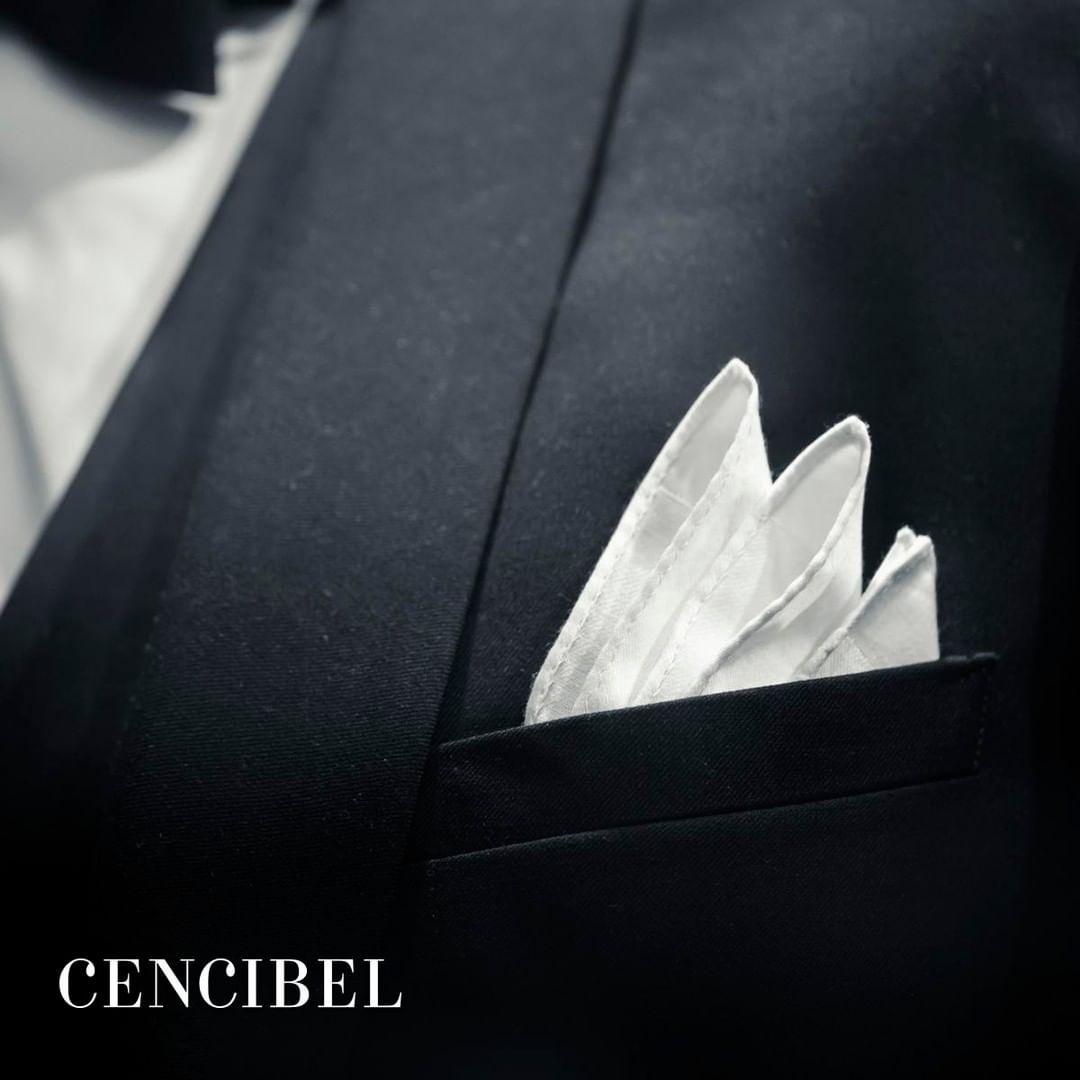 Un pañuelo de lino ha de considerarse un básico en cualquier colección de complementos y accesorios ⚪️ ¿Y tú los incorporas en tus looks? 😊 #Cencibel #Trajes #Invierno #Moda #Hombre #Corbatas #Cinturones #gentlemenfashion #dappermen #dapperman #stylemen #menstyle