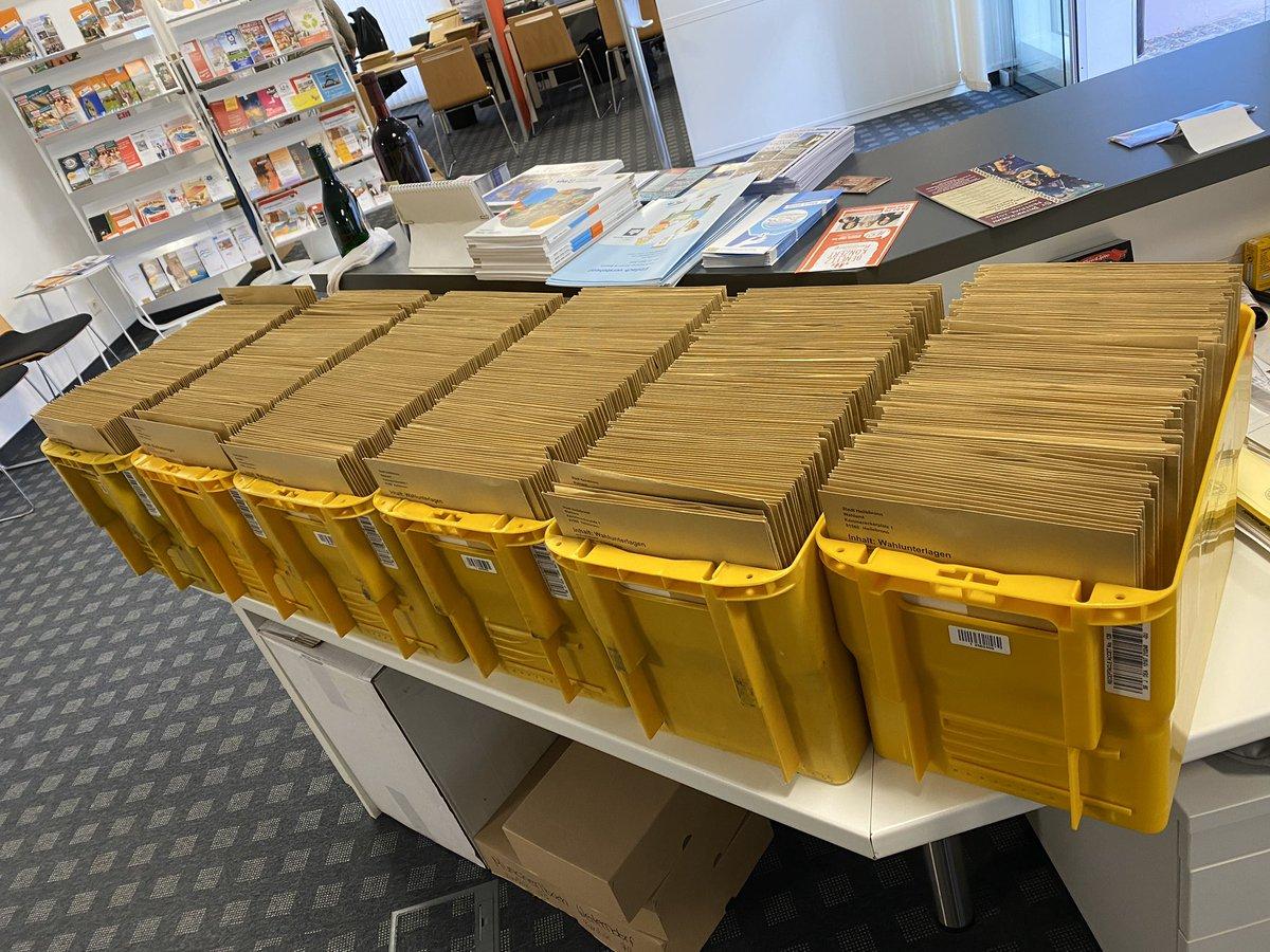 Das Wahl-Team war schon fleißig am packen, damit heute die ersten 1.200 Briefwahlunterlagen raus gehen #heilsbronn #kommunalwahl2020 #landkreisansbach #mittelfrankenpic.twitter.com/u0JVHL86kk