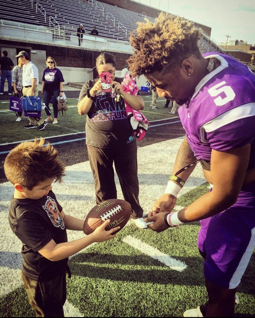 We just love this photo of LaShaun Sanders with a young fan @lsjr_x5 . #lashaunsanders #nflfreeagent #youngfan #footballfan #autograph #loveyourfans #teamplayer #americanfootballplayer #nfldraft #futebolamericano #footballamericano #gameday #footballseason #espnpic.twitter.com/iW2CLrzOBZ