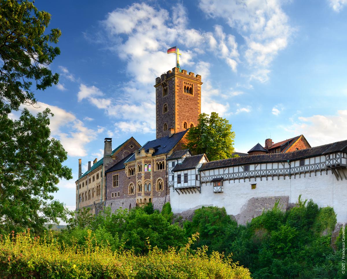 Luther vond in 1522 een veilig heenkomen op de imposante Wartburg in Eisenach en vertaalde het Nieuwe Testament hier in het #Duits. http://bit.ly/290Lu4T #DuitslandDichtbijpic.twitter.com/RK9l1qTp0R