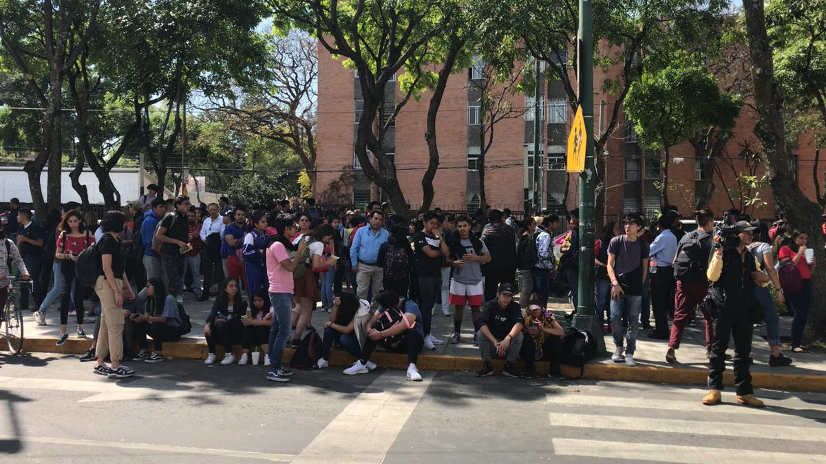 REPORTE | Vuelven a tomar las instalaciones de Prepa 8 de la @UNAM_MX. 📸@tavitogarcia ➡️http://WRadio.com.mx