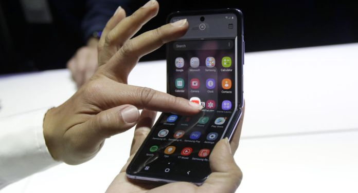 Samsung Galaxy Z Flip and Moto Razr foldable smartphone also complains of screen breakdown.  https://themobilephone2.blogspot.com/2020/02/samsung-galaxy-z-flip-and-moto-razr.html …  #cellphone #iphone #phone #samsung #mobile #technology #smartphone #tech #cell #android #apple #mobilephone #wireless #g #huawei #cellphonerepair #accessoriespic.twitter.com/jwIQysoPsf
