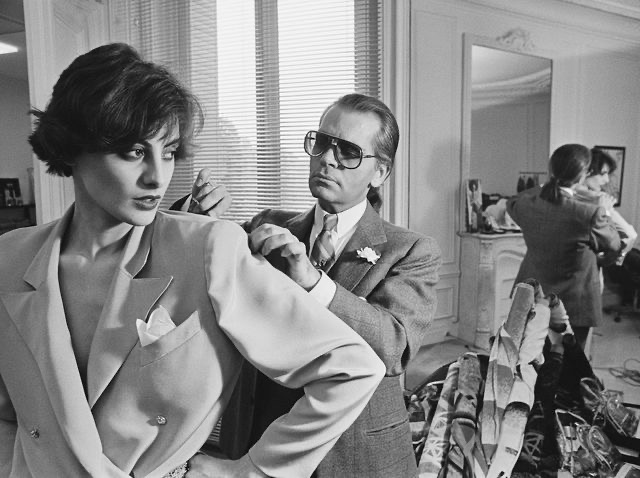 """""""He recognized earlier than most that ready-to-wear wasn't just couture-lite but the vibrant center of the new, accomplished woman's lifestyle."""" #AnnaWintour on her """"brilliant friend,"""" #KarlLagerfeld, in her republished tribute for @voguemagazinepic.twitter.com/BmzPlwjxRv"""
