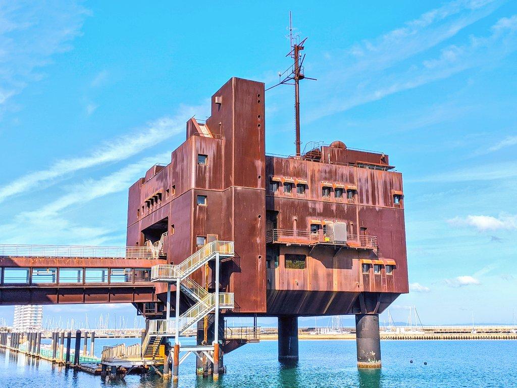 大阪に海上要塞のような建物が見れるスポットがあるなんて!! #いい建物