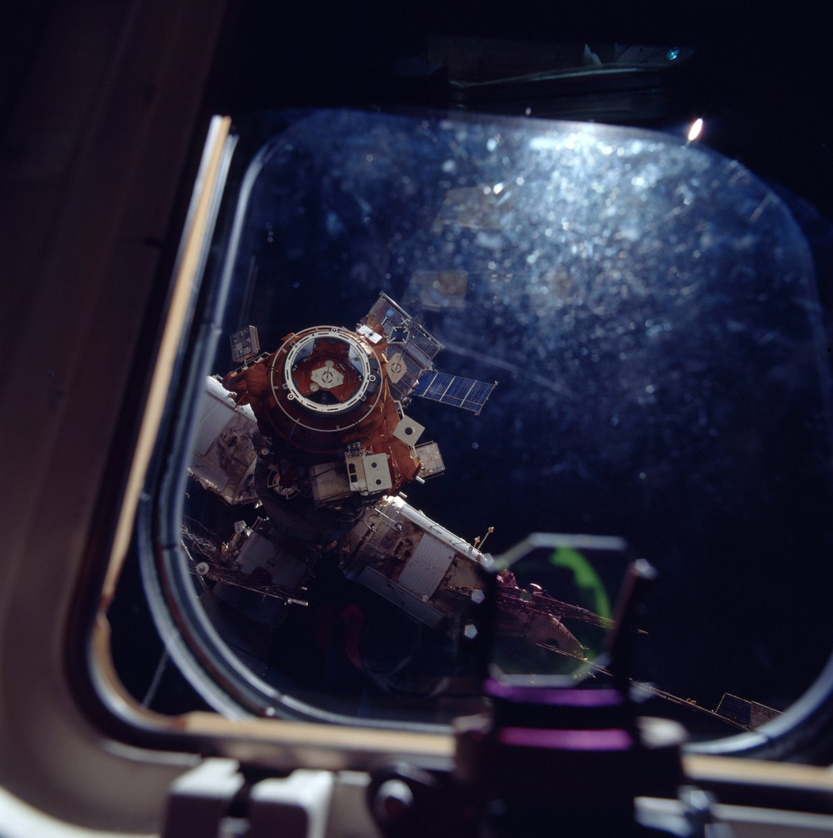 Space Shuttle Atlantis approaching the docking port of Mir pic.twitter.com/b73WRead6X