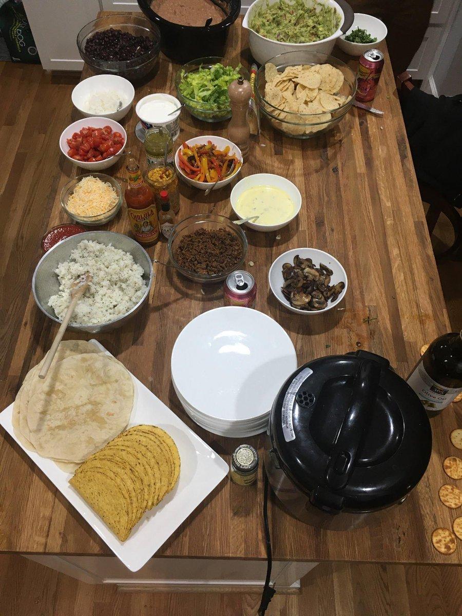 Taco Night    • • • • #Friends #Tacos #Foodie #TacoSquad #TacosofInstagram #cooknightpic.twitter.com/zkG1CqzH3F