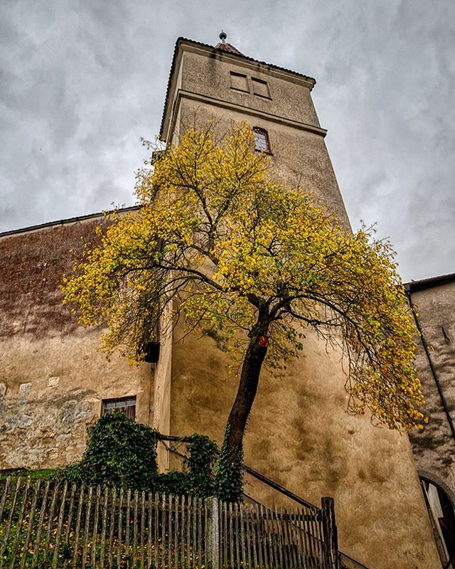 Weisse Turm. #Bavarian #SuaveVilla #Germany #Castles #Autumn #TravelPhotography #VisitBavaria #Bayern #Harburg #clayhausphotography https://www.instagram.com/p/B8xU2lkhT3J/pic.twitter.com/n4r8rPOcZZ