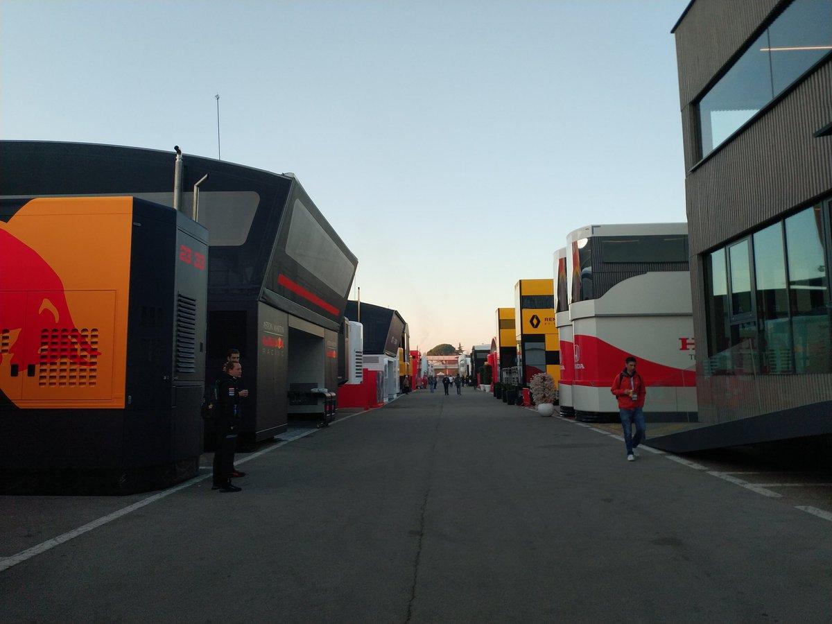 Witamy z padoku toru w Montmelo. O godzinie 9:00 rozpocznie się drugi dzień zimowych testów, które oczywiście będziemy przez cały dzień relacjonować.  #F1 #F1Testing #F1PL #ElevenF1