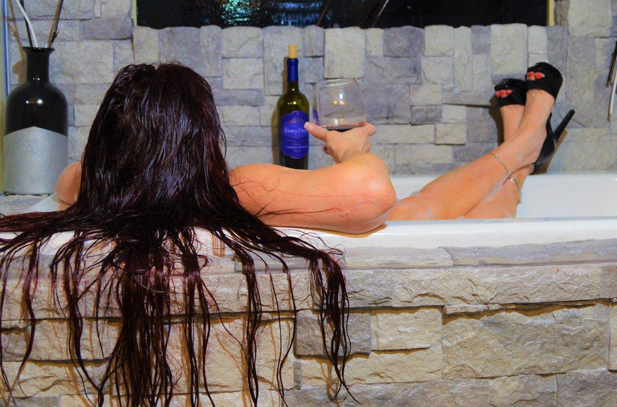 A little bath time boudoir, I love how each shot tells a story! pic.twitter.com/cTPRRmOnNt