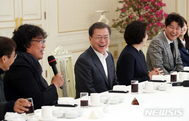wow president Moon invited #BongJoonHo and #Parasite casts to the Blue House pic.twitter.com/uGbz44sszX