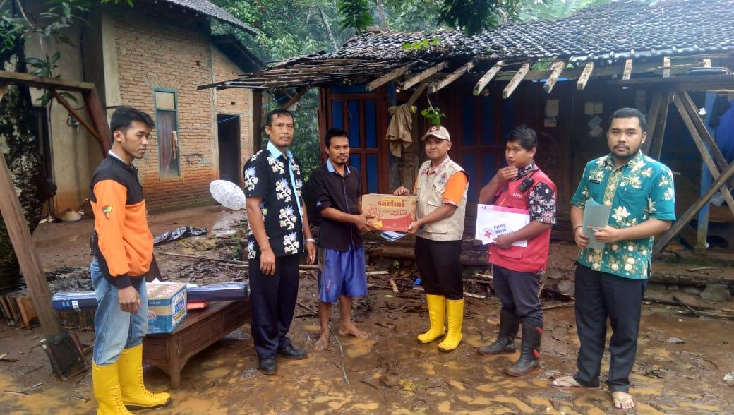 @jeparakabgoid melalui @BPBD_KabJepara & @PMIKabJepara menyalurkan bantuan logistik dasar, kepada TURIYOSO, Warga Desa Bulungan 1/2, Pakisaji, Jepara, yang rumahnya ambrol akibat hujan lebat pada Kamis (20/2) dini hari. @BNPB_Indonesia @bpbdjateng @poskobpbdjateng @ganjarpranowo