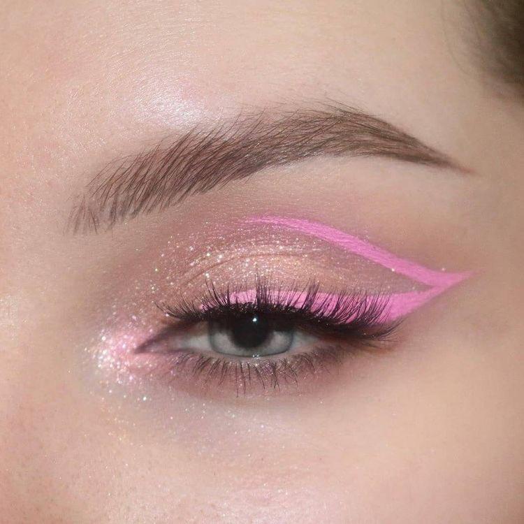 Logra una mirada de impacto con un delineador rosa 😍