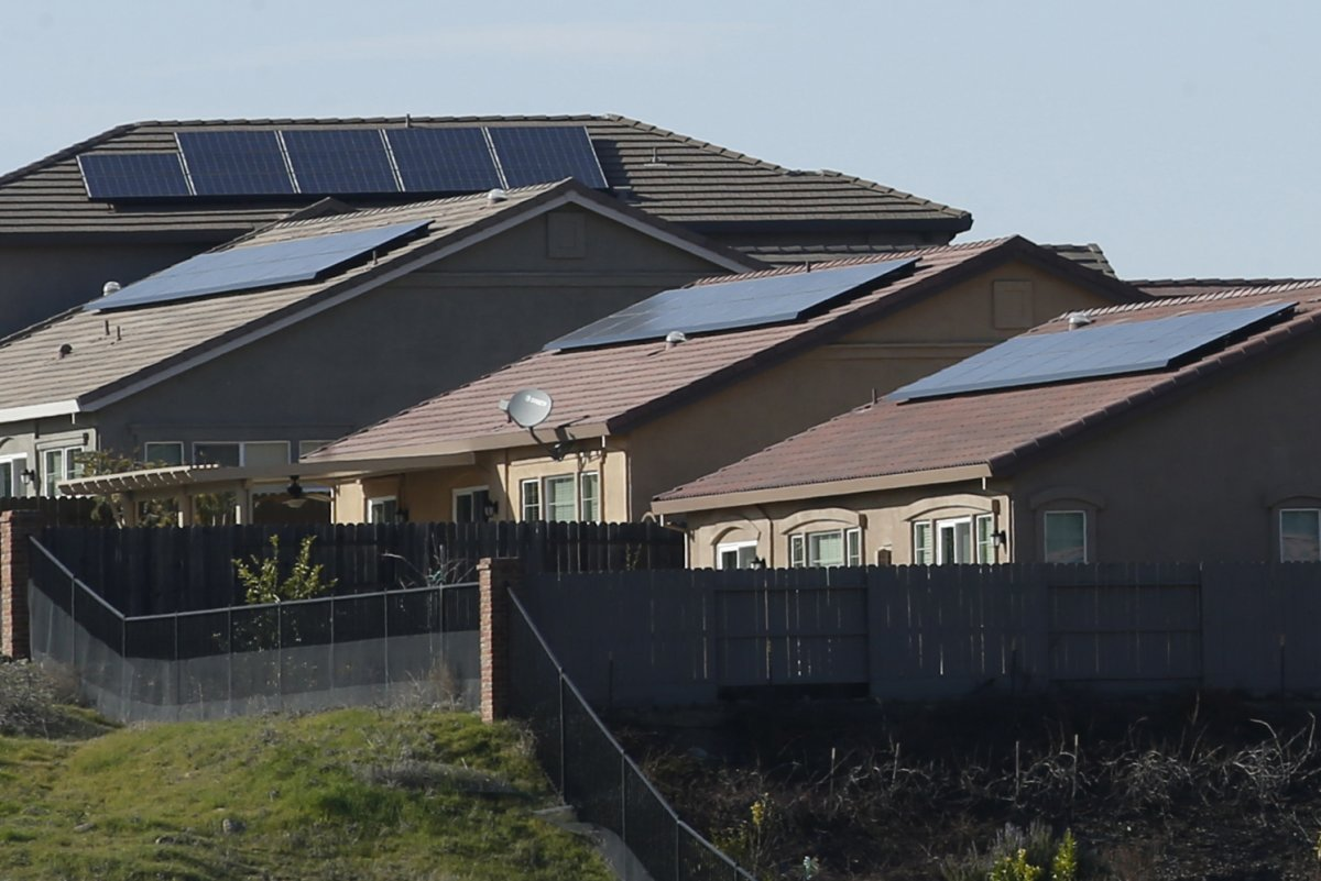 Californias Solar Mandate May Not Require One on Every Roof When California became the first state in the nation to require all new homes install solar panels, environmentalists hailed it as a bold step.  http://twib.in/l/XBA9q49Lgyeo   #USNews  #USRC