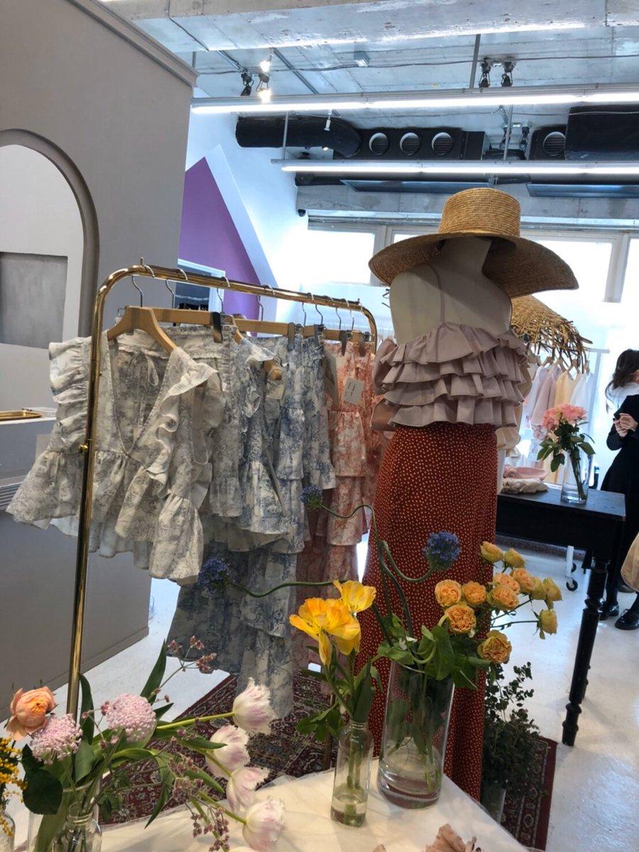 【竹内朱莉 Blog】 HONEY: HONEY MI HONEYの展示会に行ってきました👗もう春夏服ですよ🌷今回も可愛い洋服達が沢山あって悩みましたよ🧐私はワンピースをオーダーしました!早く届いて欲しいな〜?続きをみる…  #ANGERME #アンジュルム