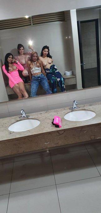 Foto en el baño https://t.co/pXNOrUnzKM