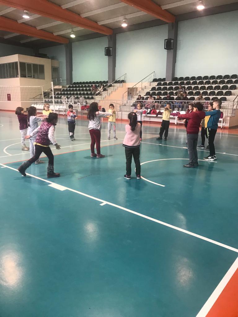 7 gün 24 saat esasına göre tüm spor tesislerimiz ücretsiz olarak halkımızın hizmetinde. Saruhanlı ilçe spor salonumuzda sporcularımızın Badminton çalışması.  @kasapoglu @hamzayerlikaya @sinanaksu @ihsanselimb @mehbaykan @denizahmet111 @ozturkyunus45 @gencliksporbak @GSBsporgmpic.twitter.com/j3myI479h7