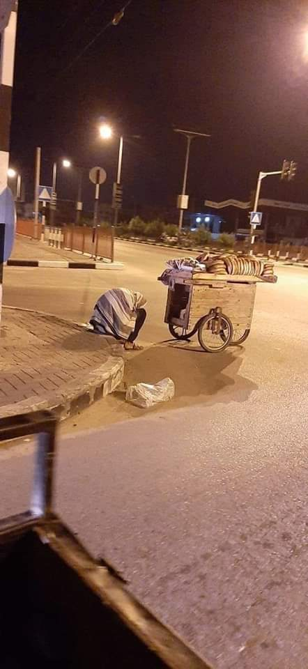 The Palestinian in Gaza is living a painful situation and a harsh life. See this picture of a seller in the Gaza Strip who sells bread and the weather is very cold. He is trying to get money to help his young children. In the Gaza Strip everything is cruel #FreePalestine pic.twitter.com/E3LoKvtVHJ