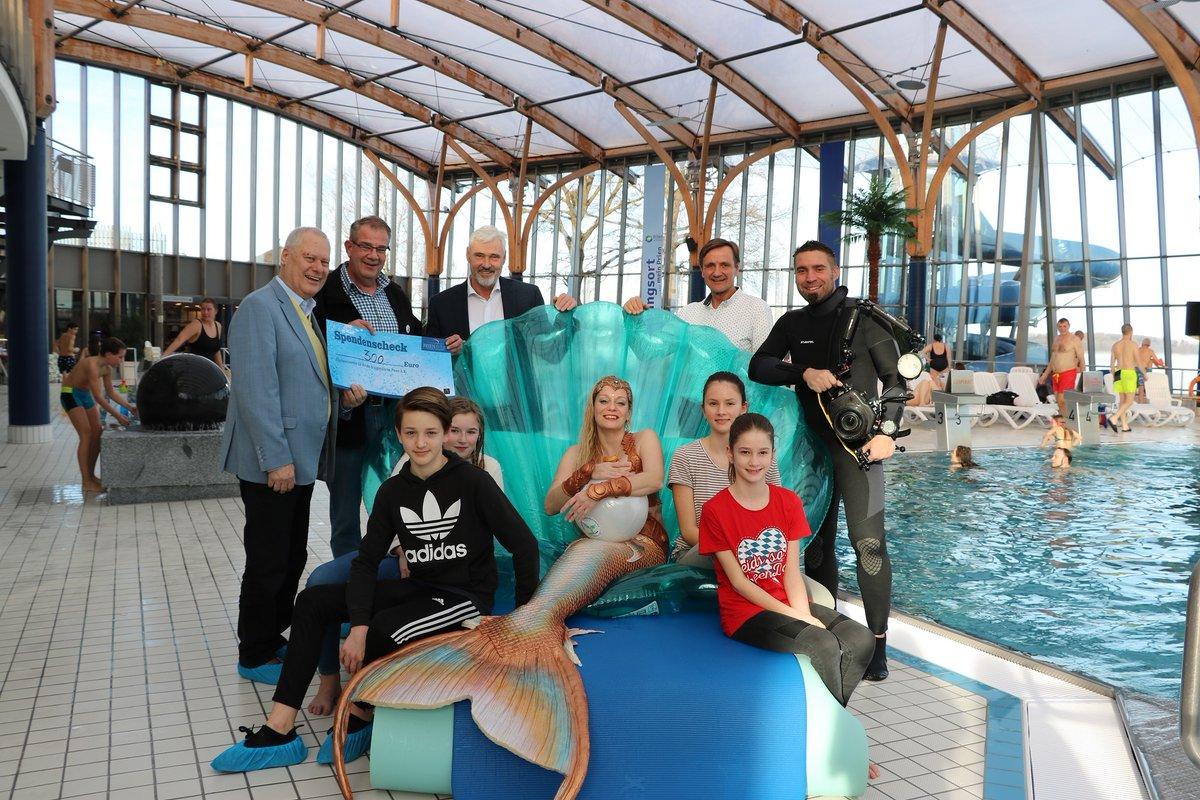 """""""Mermaiding"""", also Meerjungfrauen-Schwimmen, heißt der Trendsport aus Amerika und ist bis nach Prien geschwappt. Wie von den Sirenen gelockt waren zahlreiche Gäste am Samstag, 15.  #Chiemgau #Chiemsee #PrienamChiemsee https://www.samerbergernachrichten.de/meerjungfrauentag-im-prienavera-erlebnisbad-2/…pic.twitter.com/Tv9iQ6eWg2"""