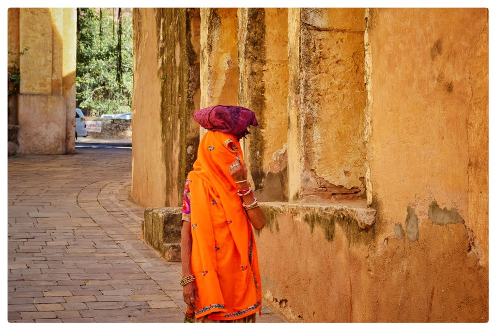 Walking the cobbled streets of the 16th century Samode Palace @Samode_Hotels , her heart like a colorful palette with walls very high as though she lives inside the frame as a beautiful painting.. #serenejourneys #travel #rajasthan #travelphotography #tourism #travelpicspic.twitter.com/Miaz0hTTYJ