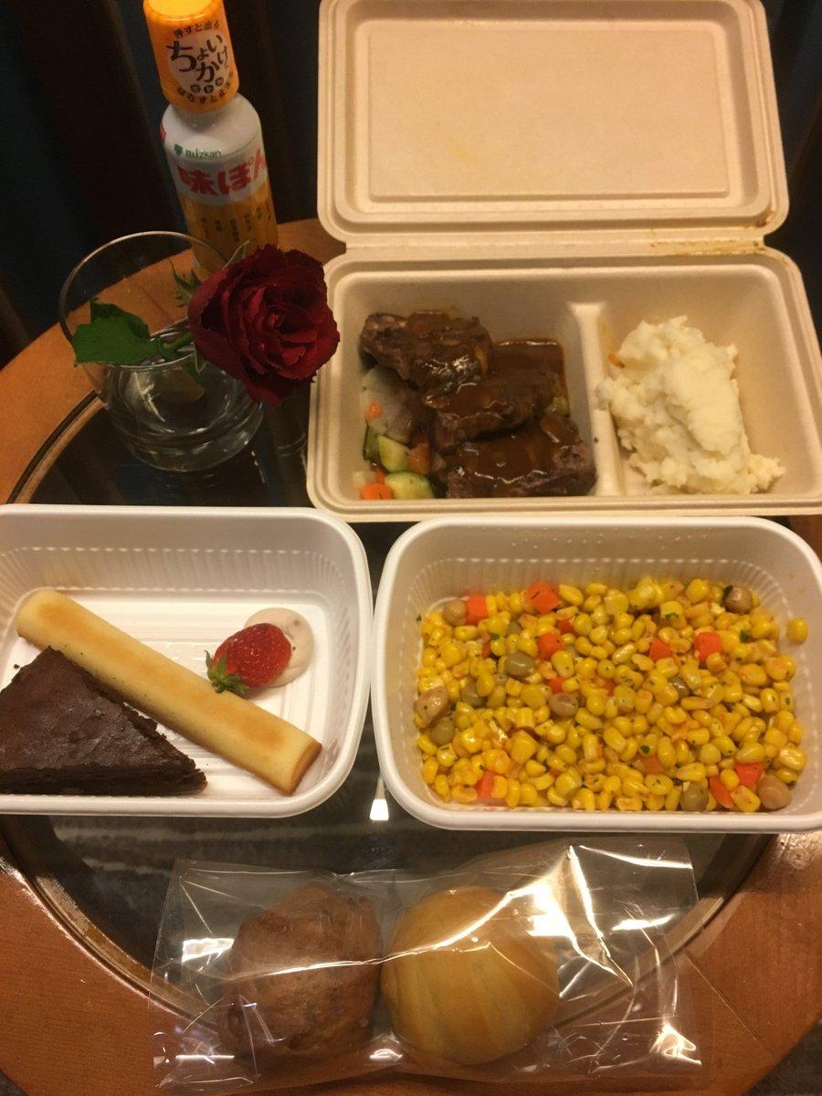 本日のディナーが届きました。最後の晩餐かもしれないと思うと感慨深いです。メニューは前菜「シーザーサラダ(とありましたが、コーンサラダが届きました)」メイン「マッシュルームソースのラムチョップ」。美味しそうです✨。ありがとうございます。心を込めて、いただきます。<(_ _)>