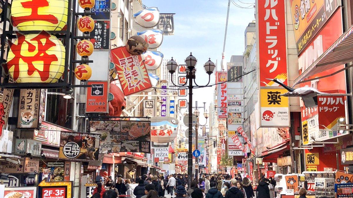 """Werbeschilder en masse: #Dotonbori - das Vergnügungsviertel von #Ōsaka , früherer Theaterbezirk, in dem heute Restaurants mit """"Kuidaore"""" werben, was soviel bedeutet wie """"Essen bis zum Umfallen"""". Mit der Dunkelheit erwacht hier das Nachtleben der 17-Mio-Metropolregion. #Japanpic.twitter.com/yAdW79h58m"""