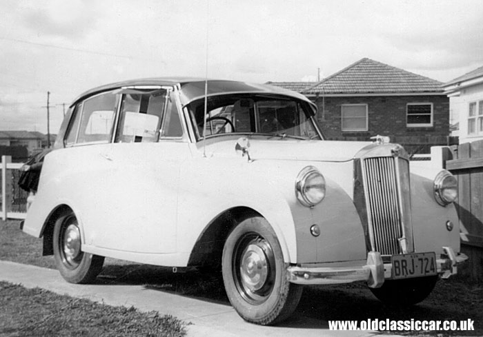 Photo Of The Day, a lofty Triumph Mayflower photographed living its life in sunny #Australia in the #1950s #1960s. Added to OCC in Feb 2010: https://www.oldclassiccar.co.uk/triumph-mayflower.htm …#potd @TriumphSSixClubpic.twitter.com/NFIIcUlh4v