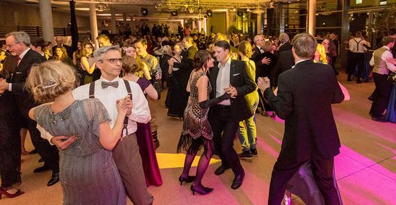 """Schön war`s: """"The New Twenties"""" – Impressionen vom 8. Ball der @unipotsdam: https://www.uni-potsdam.de/nachrichten/detail-list/article/2020-02-19-schoen-wars-the-new-twenties-impressionen-vom-8-ball-der-universitaet-potsdam.html…  #thenewtwenties #universitätsball #uniball2020 #uniballpotsdam2020 #ballabend #livemusik #tanzen #potsdam #griebnitzsee #schönwares  #upimpressions  Foto: rotschwarzdesignpic.twitter.com/XjqnNP2uw6"""