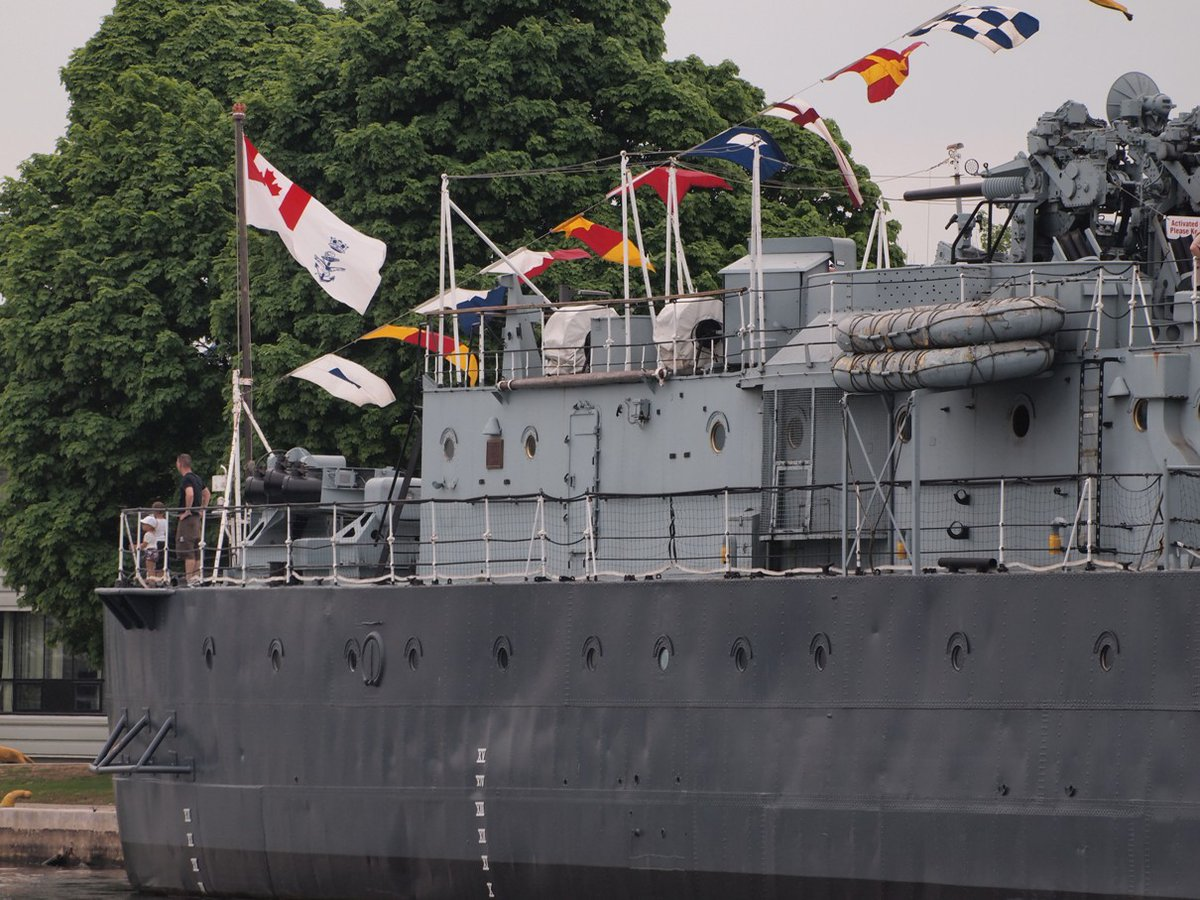 The Canadian Naval Ensign fly's once again on HMCS HAIDA following the designation of the Tribal class destroyer as the Flagship of the RCN in a ceremony on 26 May 2018 in Hamilton, ON.  @RLitwiller #RCNavy Collection #potd. SEE http://ow.ly/OUpr50ynIBl pic.twitter.com/IunyBNmGEb