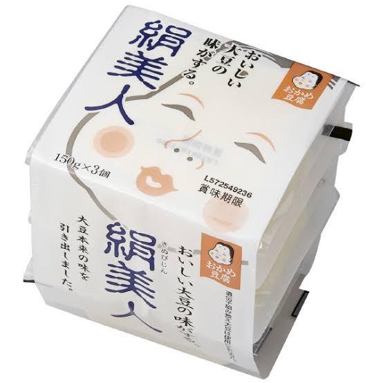 絹豆腐の個砲に、黒蜜ときな粉をちょちょってかけるだけで超ヘルシーな極うまプリンが出来上がるので是非ダイエット中にプリンが食べたくなったら作ってみてください。まじでうまいです