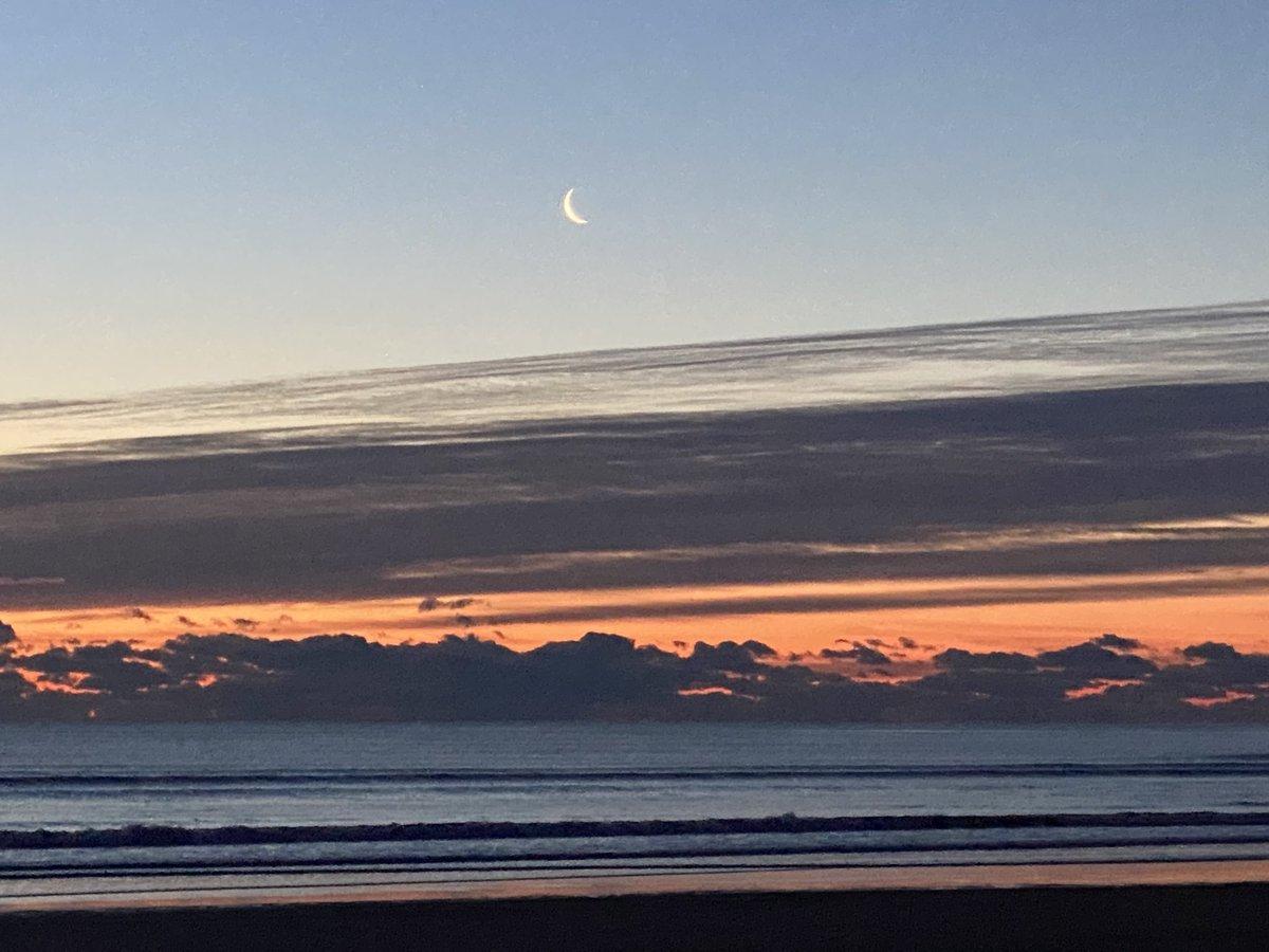 Cold moon #Ogunquit #maine #sunrise @MichaelPageWx @MattNBCBoston @TimNBCBoston @JeffNBCBoston @DeniseNBCBoston @susantran @MelodyNBCBoston @AaronNBCBostonpic.twitter.com/KrhWnUktkm