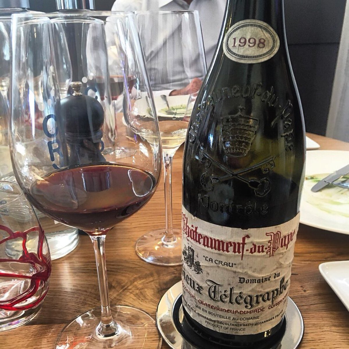 Thank you so much Jeremy and Bert for having given me the chance to taste this amazing wine Châteauneuf du Pape Vieux Télégraphe 1998  during the wine tour. RG: @planet_provence  #enjoy #enjoylife #enjoythemoment #wine #redwine #chateauneufdupape #rhonevalleypic.twitter.com/bzvFxjPedK