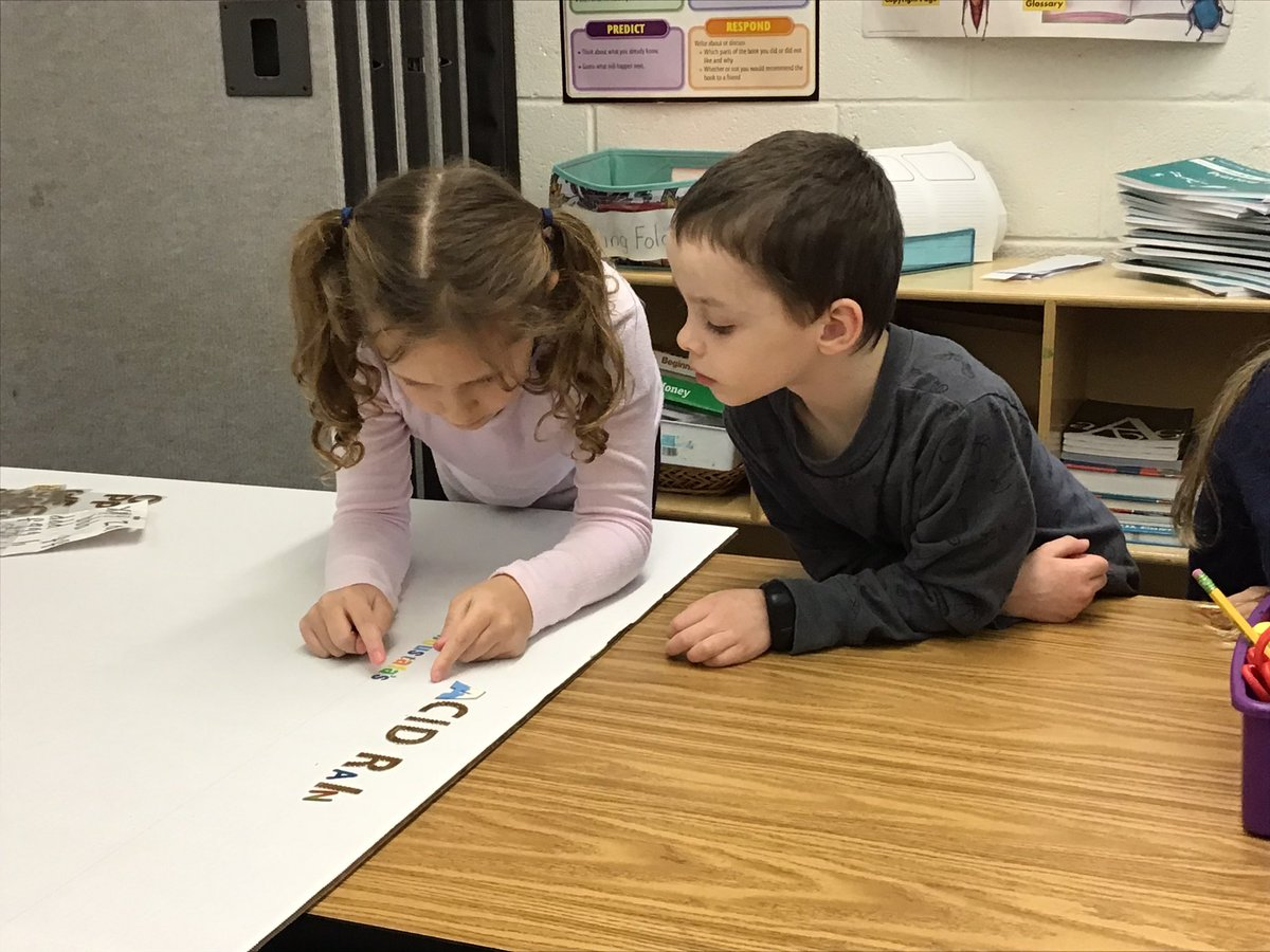 2nd graders preparing a Science Board and researching <a target='_blank' href='http://twitter.com/GlebeAPS'>@GlebeAPS</a> <a target='_blank' href='http://twitter.com/glebepta'>@glebepta</a> <a target='_blank' href='http://twitter.com/APSVirginia'>@APSVirginia</a> <a target='_blank' href='http://twitter.com/APSscience'>@APSscience</a> photos taken by student photographers <a target='_blank' href='https://t.co/qFXNbiTijK'>https://t.co/qFXNbiTijK</a>