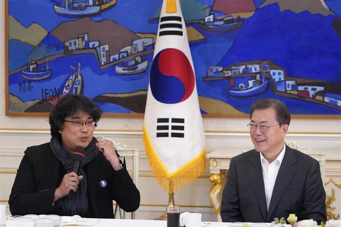 韓国大統領、ポン監督祝福 映画の麺料理振る舞う https://www.sankei.com/photo/story/news/200220/sty2002200017-n1.html…  文大統領は、英語圏の作品ではないというハンディを乗り越え「最高の映画、最高の監督だと認めざるを得なくなった。本当に誇らしい」と称賛。「新型コロナウイルスのため苦労している国民に勇気を与えてくれた」と述べました