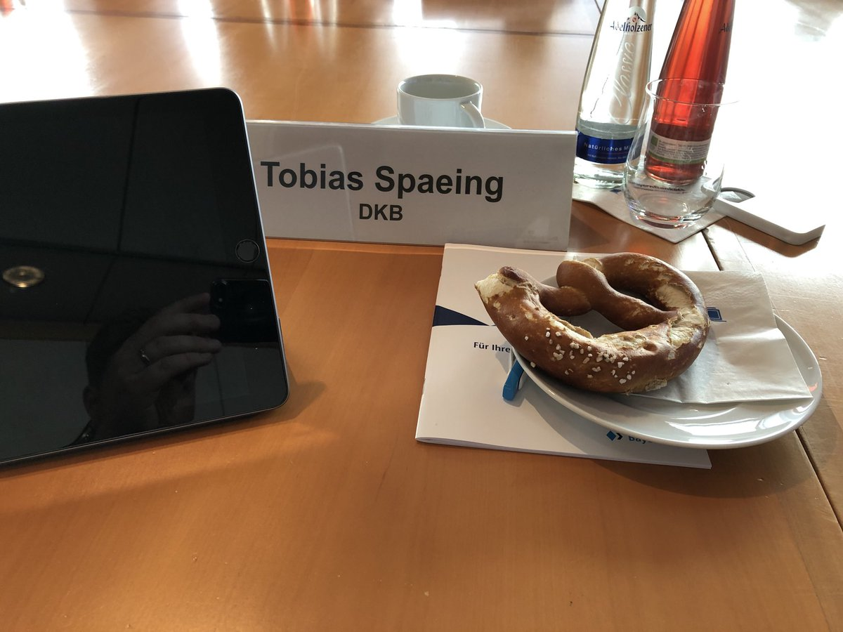 Kommunikatorentreffen in #München bei der @BayernLB. Vielen Dank für die Einladung @MatLuecke. Tolles Team, schöner Vorabend in der Enothek und lecker #Brezn #PR #Kommunikationpic.twitter.com/xwW6EIIg49