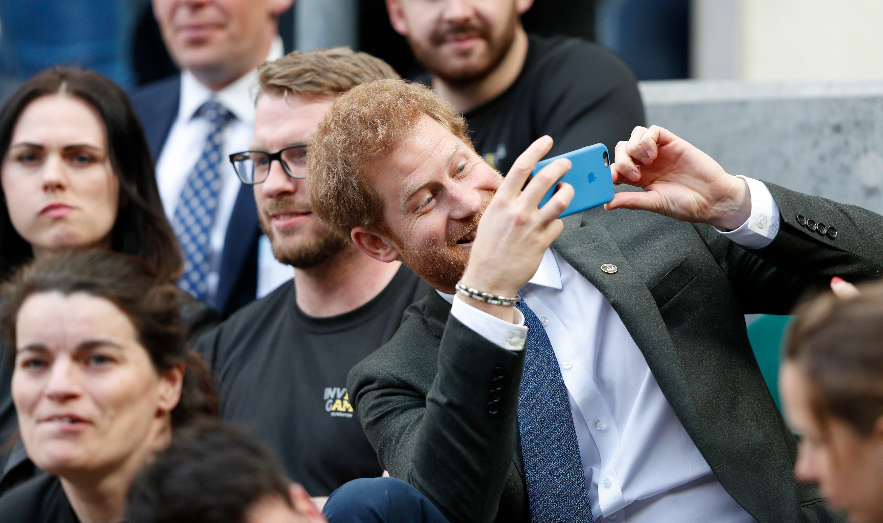 Prince Harry shares screengrabs of his texts to famous pal - including cheesy joke mirror.co.uk/3am/celebrity-…