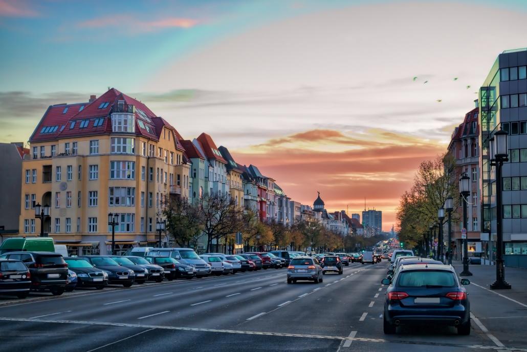 #Mobilität bleibt ein entscheidender Faktor für die Funktionalität urbaner Räume. Ein Schlüsselbeitrag zur Lösung dieser Probleme liegt im Bereich der #Digitalisierung: Smartes, plattformbasiertes #Parkraummanagement.http://go.park-here.eu/YmzWNJ  #SmartCity #Digitalisierung pic.twitter.com/H7MXJk3laX
