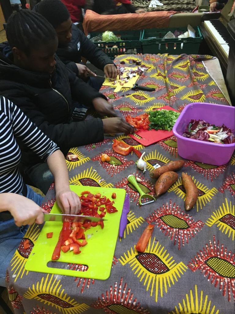 @HomertonGroveAP are having a 'ready steady cook' challenge today, looking good, yum @younghackney @mayorofhackney #play #healthyfood #halfterm #FREEpic.twitter.com/EOrlCNtnoo