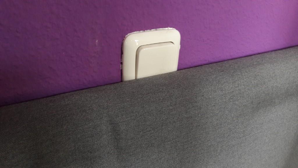 Bett und Lichtschalter in interessanter Position... Ab heute gelegentliche Blitzlichtgewitter wahrscheinlich. pic.twitter.com/Q5jpxgNg69