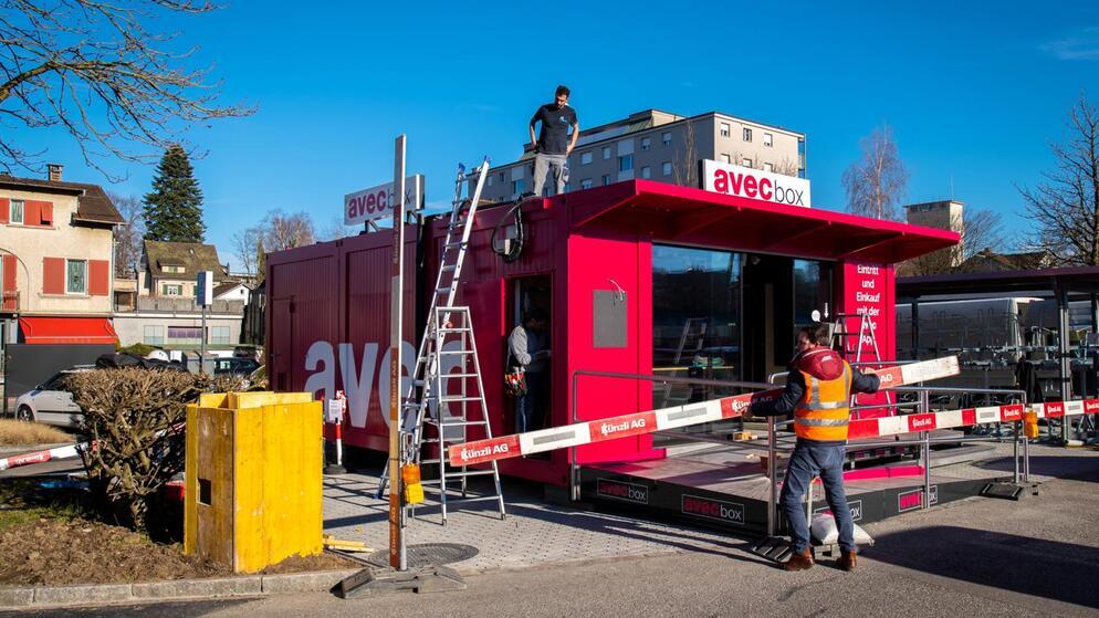 Architekturpreise wird so wohl nicht gewinnen – aber jetzt steht sie erstmal in #Wetzikon. https://zueriost.ch/news/2020-02-20/die-avec-box-ist-da… #avecpic.twitter.com/MIGVp72Xb2