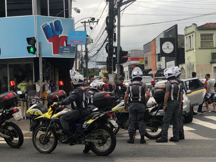 Guardas derrubam motoqueiro e provocam revolta no centro de Itajaí - https://diarinho.com.br/noticias/policia/guardas-derrubam-motoqueiro-e-provocam-revolta-no-centro-de-itajai/…pic.twitter.com/GJBk3NIU0w