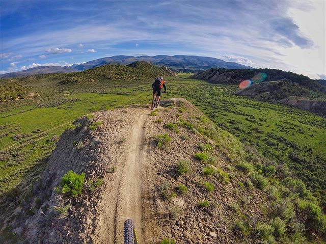 Dropping into the verdant Valley of Elah tion. Rider: Chuck Hewitt. Eagle, #Colorado. . . . #tbt #mtb #PEARLiZUMi #mountainbike #singletrack #gopro #cycling #gopromtb #mtblife #goprocycling #coloradogram #optoutside #gorohero #mtblife #venturesports #yet… https://ift.tt/38VWJu5 pic.twitter.com/WFgnvjpg05